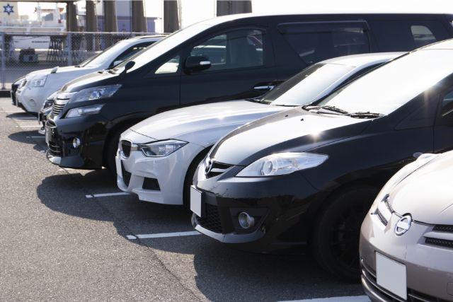駐車場に綺麗に整列した車