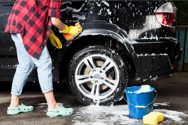 シャンプーで洗車をする人