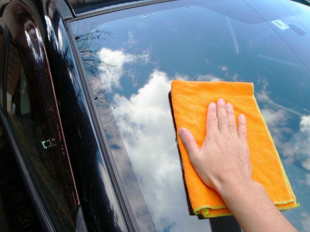車の窓を拭く人