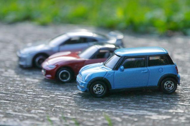 道路に並んだミニカー