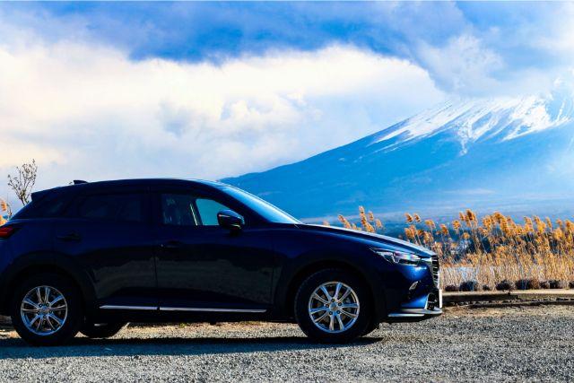 山の見える場所に駐車した車